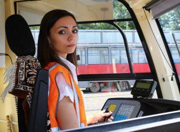 Девушка управляет трамваем