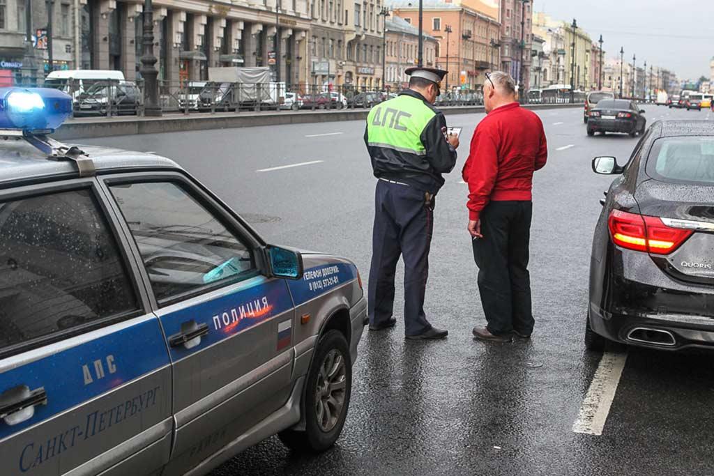 Что делать, если инспектор ГИБДД просит выйти из машины?