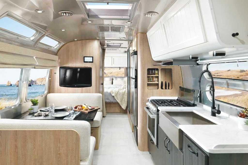 Компания Airstream представила роскошный дом на колесах с отделкой из дерева
