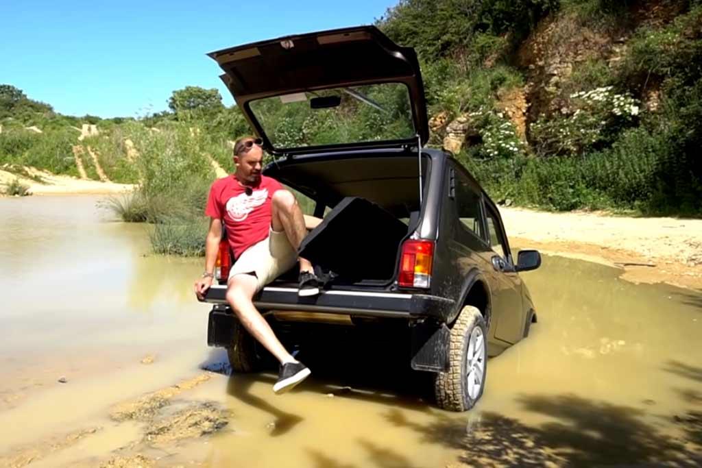 Британские блогеры взяли на тест Lada Niva Legend и случайно ее утопили