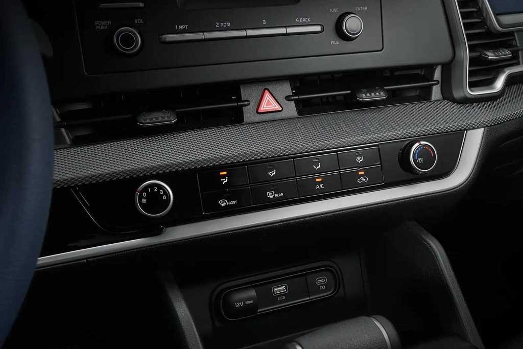 Маленький экранчик и физические кнопки: показан салон базового KIA Sportage 5