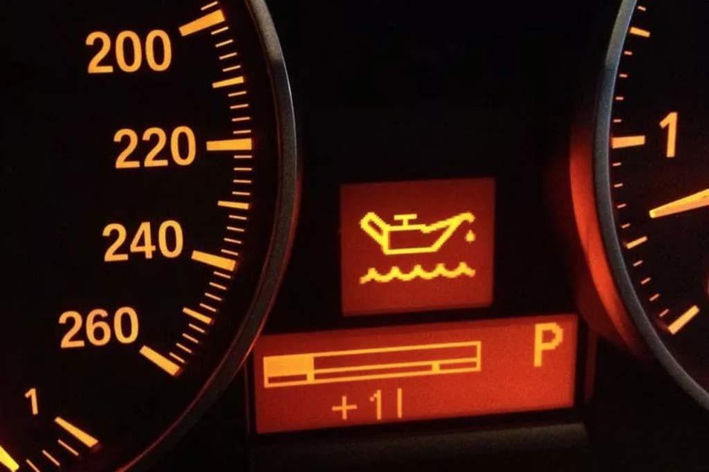 Загорелась лампочка с масленкой: сколько можно проехать без последствий для двигателя?