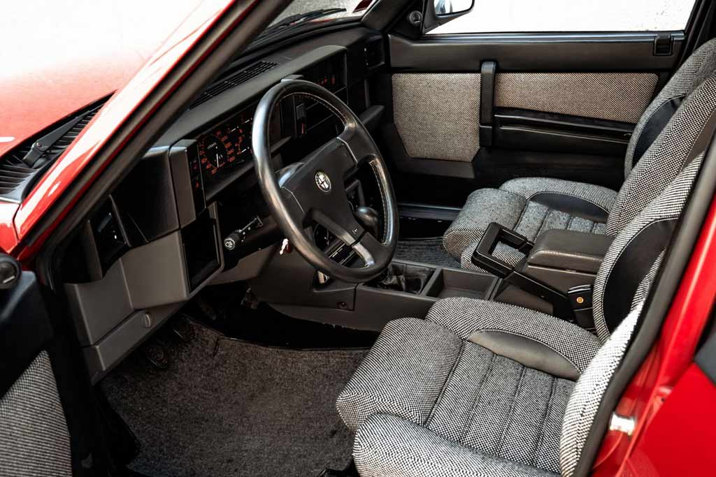 В продаже редкий лимитированный седан Alfa Romeo 75 Turbo Evoluzione