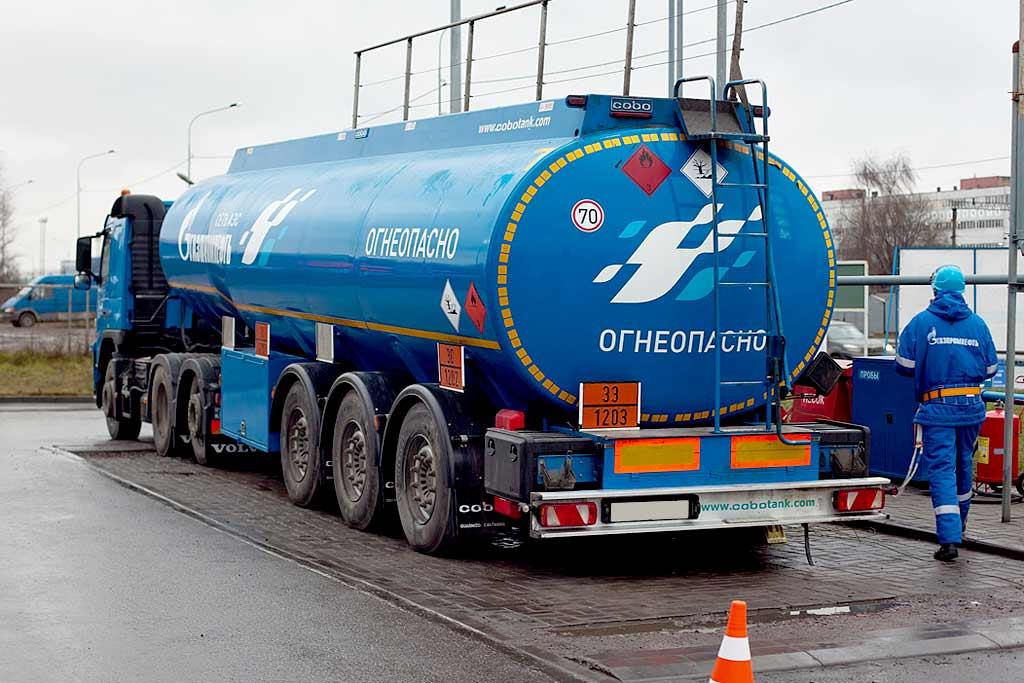 Правительство РФ сдерживает розничную цену бензина на 15 рублей