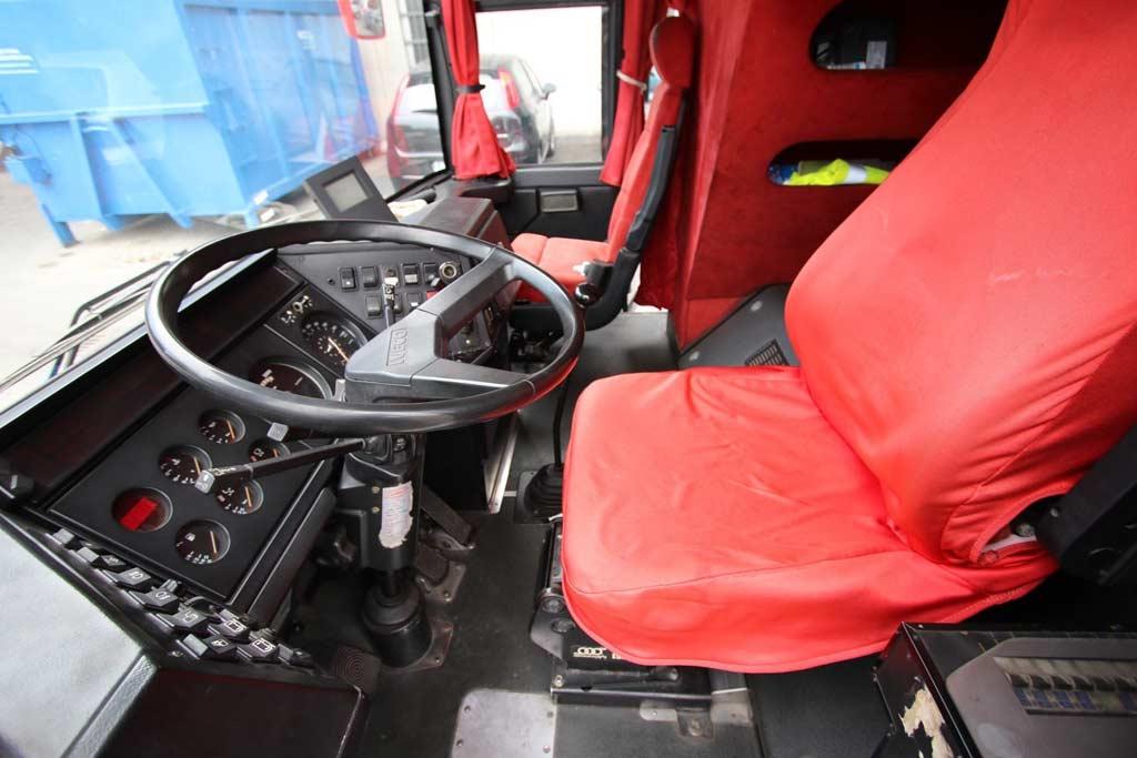 Загляните внутрь автобуса команды Ferrari: в свое время в нем ездил Шумахер