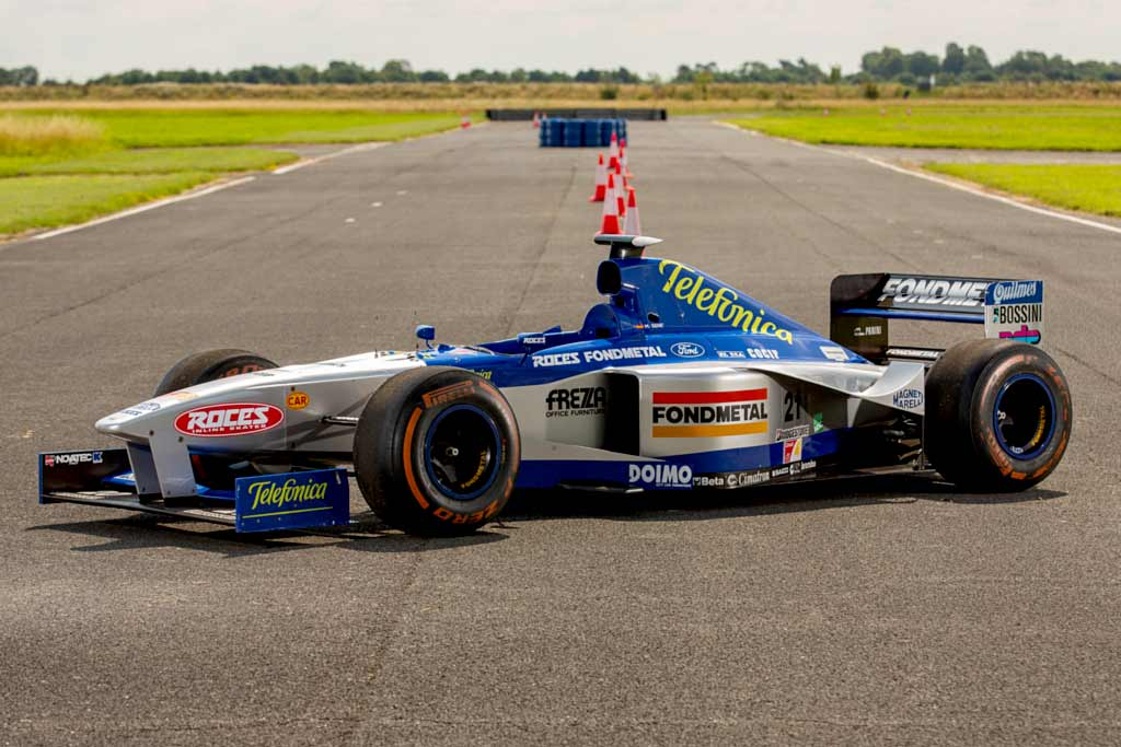 Гоночный болид Minardi F1 1998 года продают за 43 млн рублей