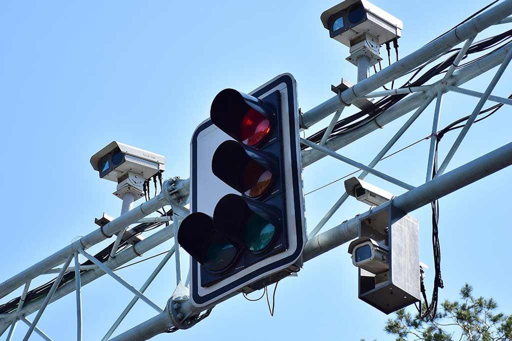 Светофоры «научились» автоматически штрафовать за проезд на красный