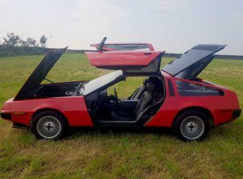 Красный DeLorean