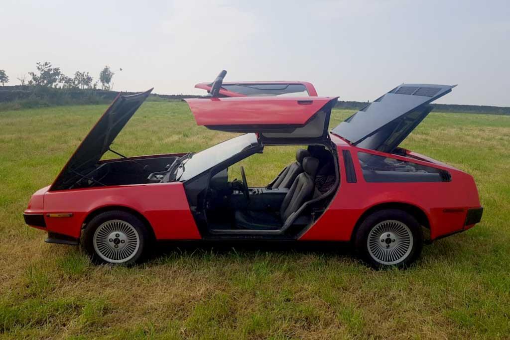 Красный DeLorean DMC-12 с небольшим пробегом продают за 2,7 млн рублей