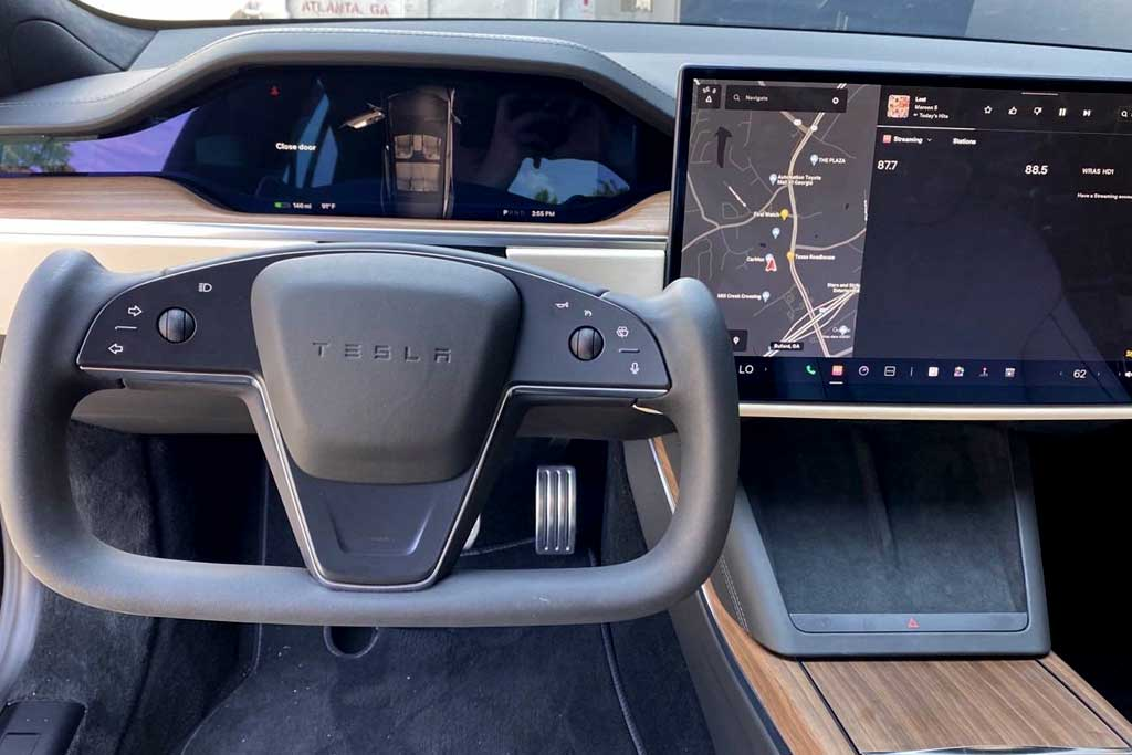 Журналисты раскритиковали штурвал на новой Tesla Model S: плюс всего один