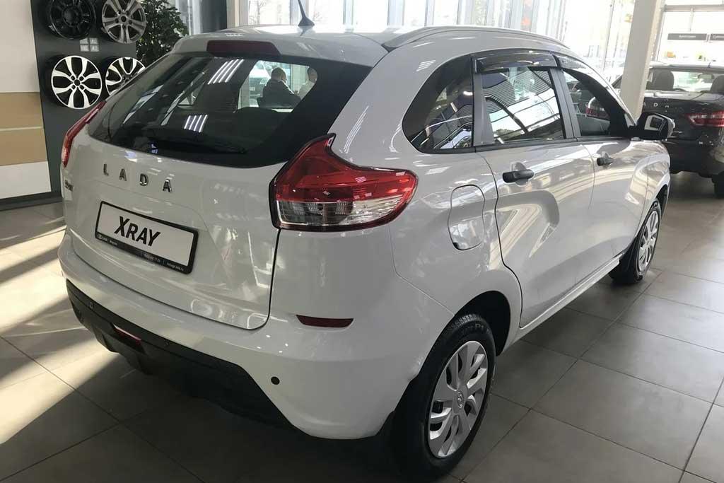 Базовая Lada XRAY за 1,5 млн рублей: как дилеры накручивают ценник в два раза