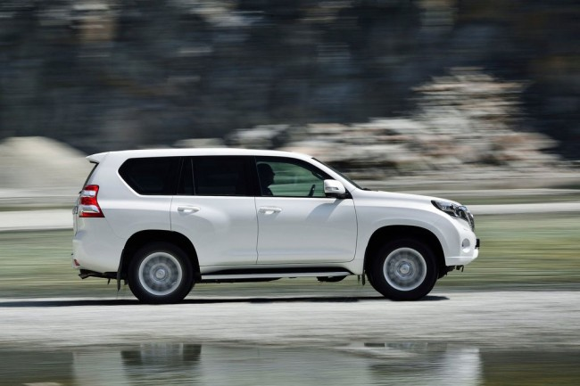 Белая Toyota Land Cruiser Prado 150