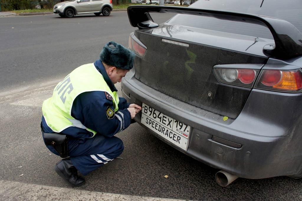 Инспекторам ГИБДД запретили снимать номера: Путин подписал указ