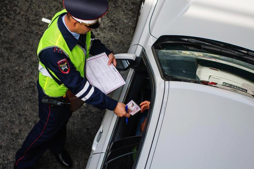 Инспектор ГИБДД спрашивает о месте работы: стоит ли отвечать?