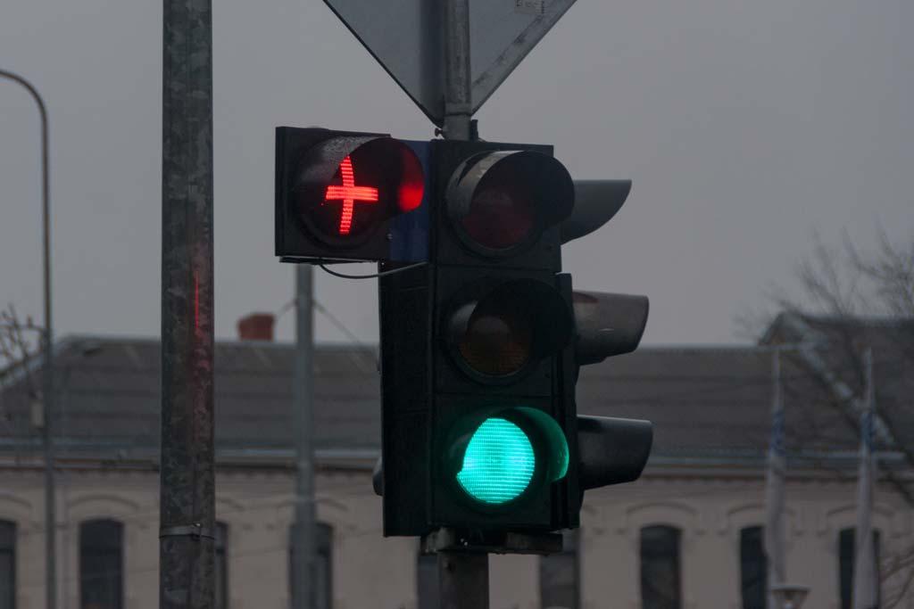 Красный крест на светофоре: кто это придумал и что он означает?